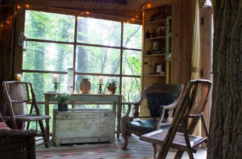 huiskamer airbnb boomhut verenigde staten