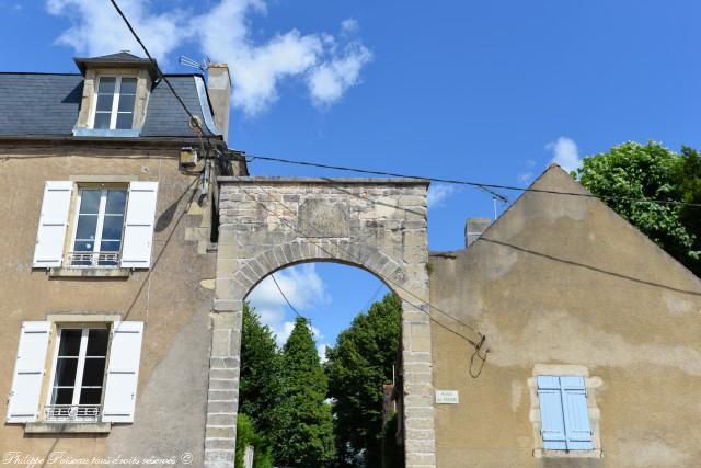 Ancien portail du château d'Asnois