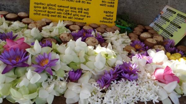 Die Bauern der Umgebung bringen Reis in Schalen und Blumen und Kräuter als Opfer dar
