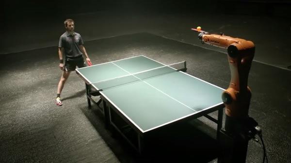 robot industrial versus humano en partido de tenis de mesa