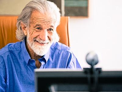 Senior sur un site de rencontre