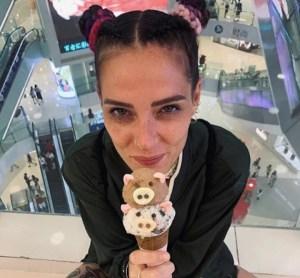 """La Sabri litiga con un bodyguard: """"Mica posso mandare via a calci i fan dai firmacopie!"""" – Video"""