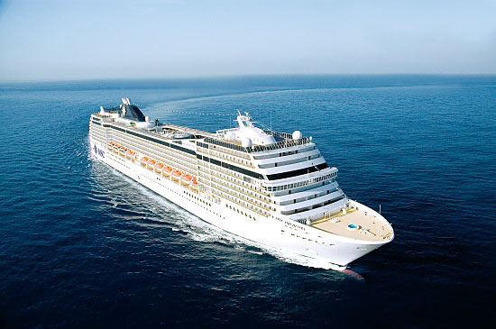 Un navire MSC Croisières croisant en Méditerranée...