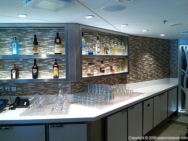 Un des nombreux bars de bord où vous pourrez déguster soft drinks, cocktails et autres divers alcools…