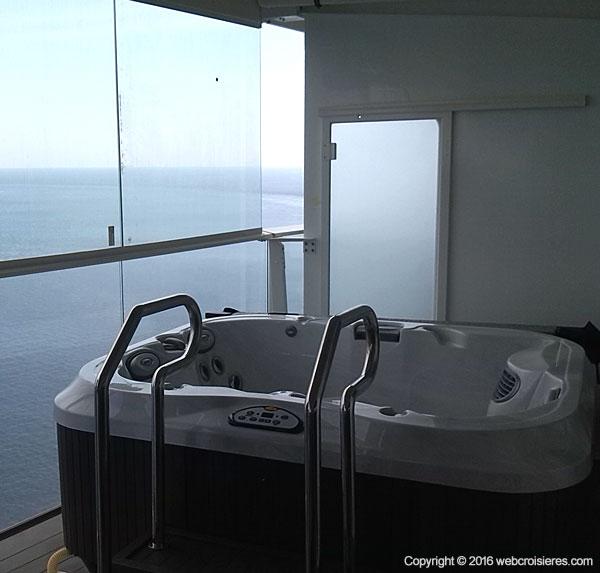 Bain bouillonnant sur la terrasse d'une suite Harmony of the Seas