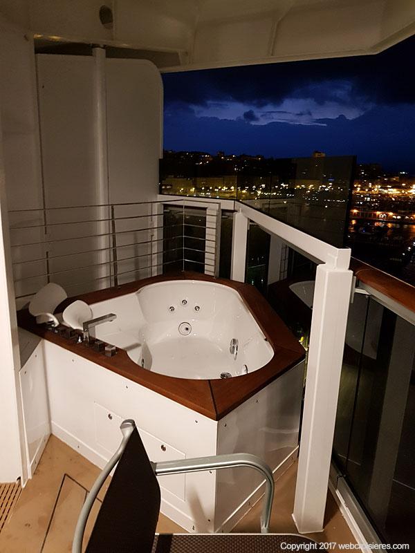 Jaccuzzi sur le balcon d'une suite du MSC Seaside