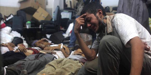 Un homme pleure un proche dans l'une des multiples morgues improvisées dans la ville du Caire. (photo - AFP)