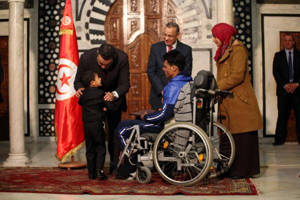 Tarek Zediri, blessé de la révolution, avec Mehdi Jomâa | Photo : Présidence du gouvernement