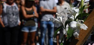 """This picture taken on July 15, 2016 shows a white flower laid on the place where people gather to pay tribute to the victims the day after a gunman smashed a truck into a crowd of revellers celebrating Bastille Day, killing at least 84 people, in Nice. A Tunisian-born man zigzagged a truck through a crowd celebrating Bastille Day in the French city of Nice, killing at least 84 and injuring dozens of children in what President Francois Hollande on July 15 called a """"terrorist"""" attack. / AFP PHOTO / ANNE-CHRISTINE POUJOULAT"""