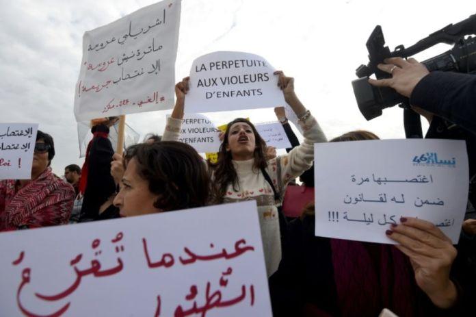 974840-des-tunisiennes-rassemblees-devant-le-parlement-pour-reclamer-la-revision-d-une-loi-qui-permet-a-un