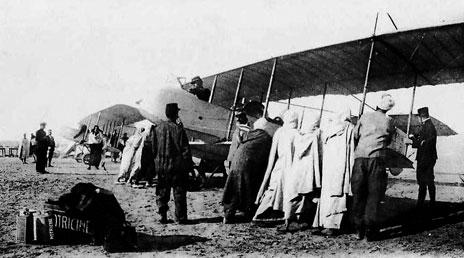 Henri Farman HF 20 de l'escadrille du Maroc en escale à Tozeur, le 27 février 1913 (photo - aeronautique.ma)