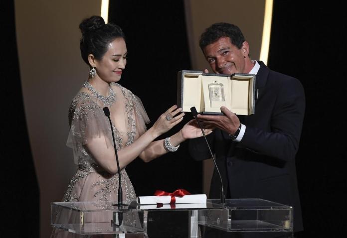 L'acteur Antonio Banderas récompensé pour sa performance dans Douleur et Gloire par l'actrice chinoise Zhang Ziyi CHRISTOPHE SIMON / AFP