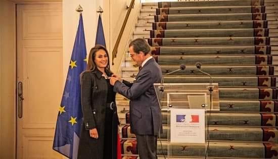 Hend Sabry Officier des Arts et des Lettres.