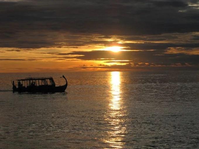 モルディブ 夜明けの海と船