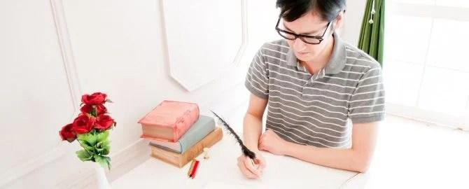 丁寧に字を書く男性