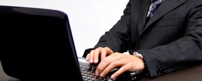 ノートパソコンで作業中のビジネスマン