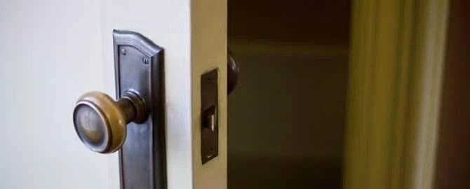 半開きのドアの向こう