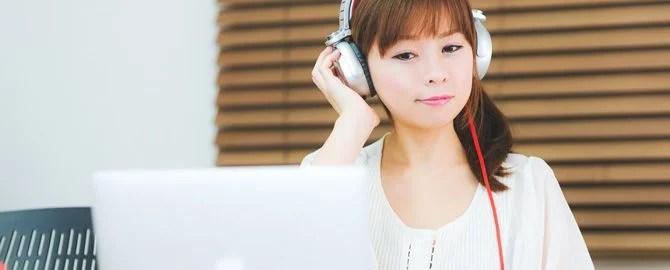 ヘッドフォンで英語学習する女性