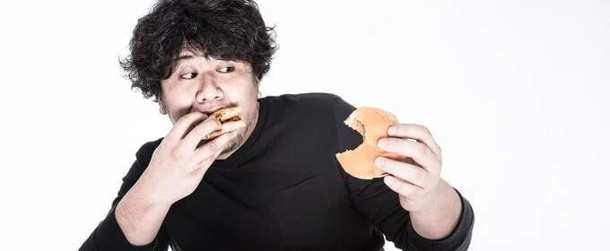左右左右BAのリズムでハンバーガーを食べるゲーマー
