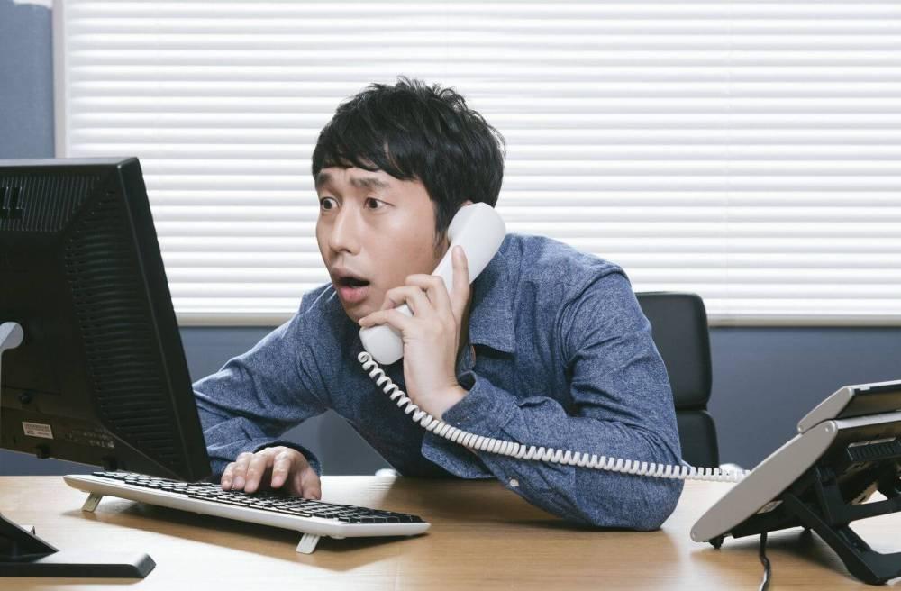 パソコンをチェックする男性
