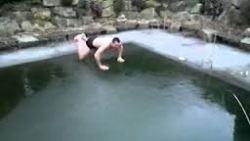 """Греда! Ентусиаст прави """"бомба"""" в заледен басейн"""