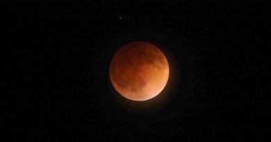 Целосно помрачување на Месечината на 27 јули
