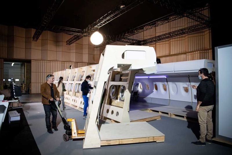 Le décor d'avion est modulable et transportable. © Master Films