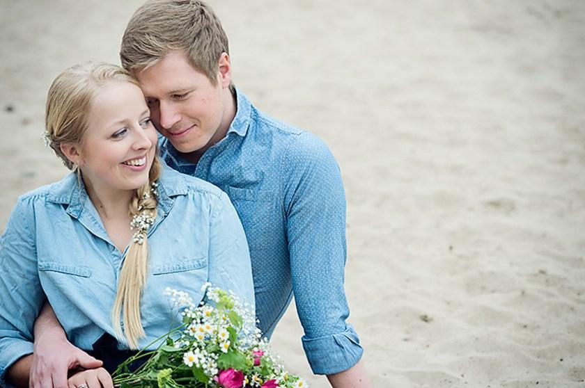 Ganz in Weise, Verlobungsshoot, Pärchen sitzt im Sand