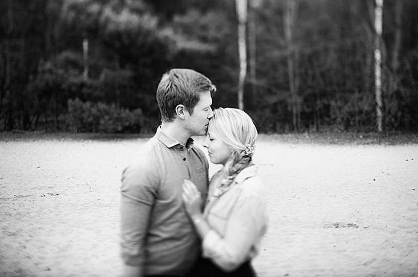 Ganz in Weise, Verlobungsshoot, Innige Umarmung