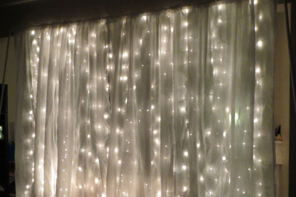 diy photo booth backdrop with string lights