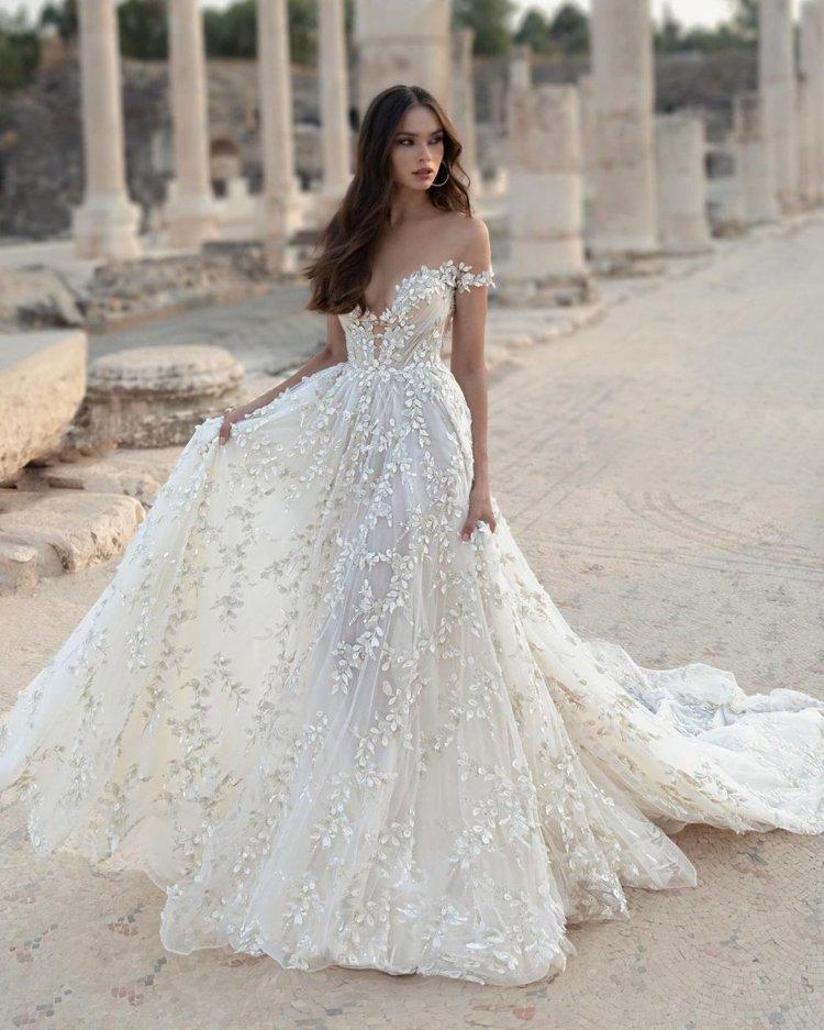 váy cưới lệch vai một đường viền cổ áo người yêu đính hoa julievino