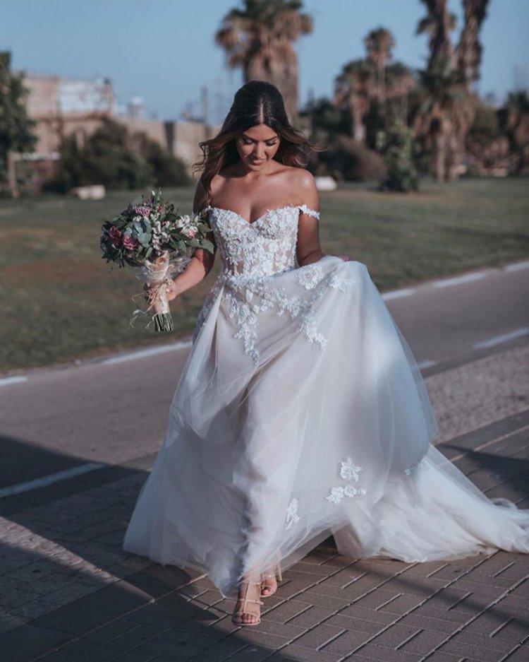 váy cưới lệch vai một đường viền cổ áo người yêu galia lahav