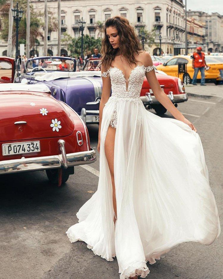 Váy cưới trễ vai khoét sâu cổ v có khe trên bãi biển julie vino cô dâu