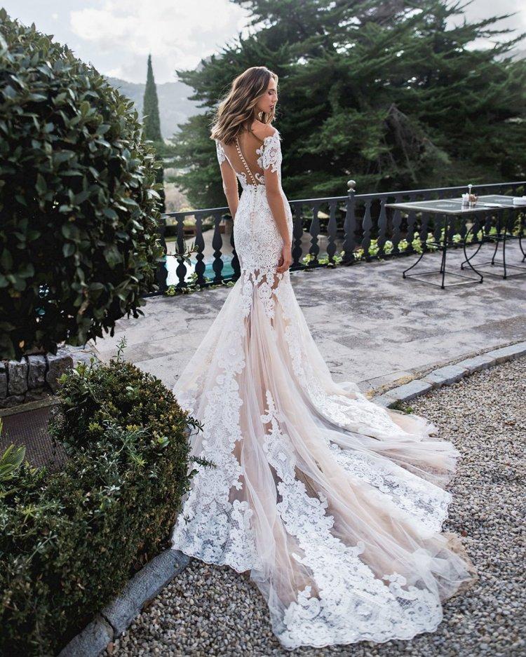 Váy cưới trễ vai vừa vặn và lấp ló ren gợi cảm với tàu hỏa n0ra Naviano