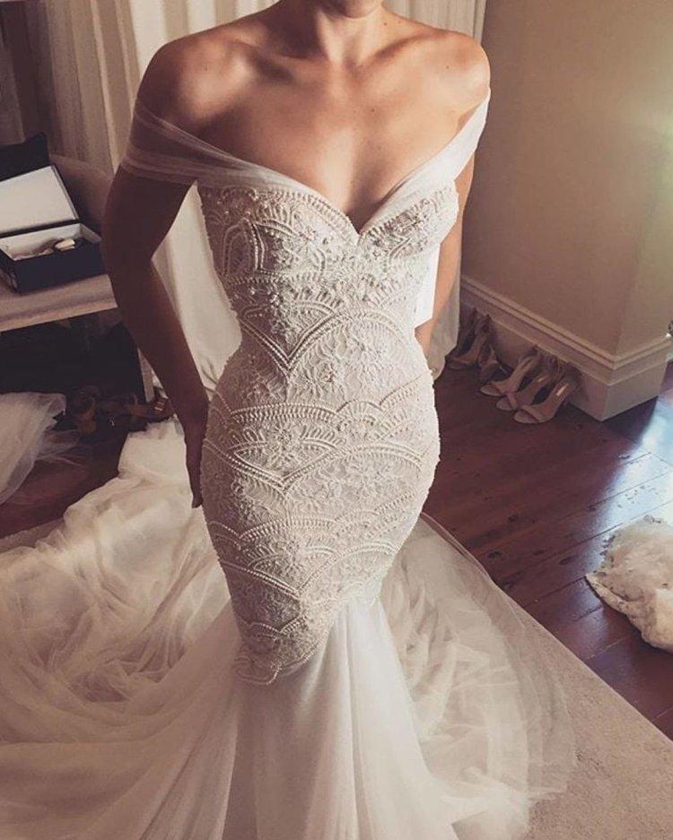 váy cưới lệch vai nàng tiên cá người yêu áo quây cổ Leah da gloria