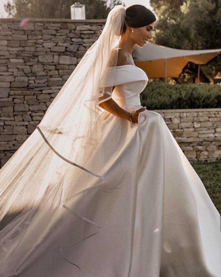 váy cưới lệch vai công chúa millanova đơn giản lãng mạn