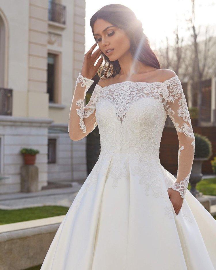 váy cưới lệch vai công chúa với tay áo dài ren pronovias ảo ảnh