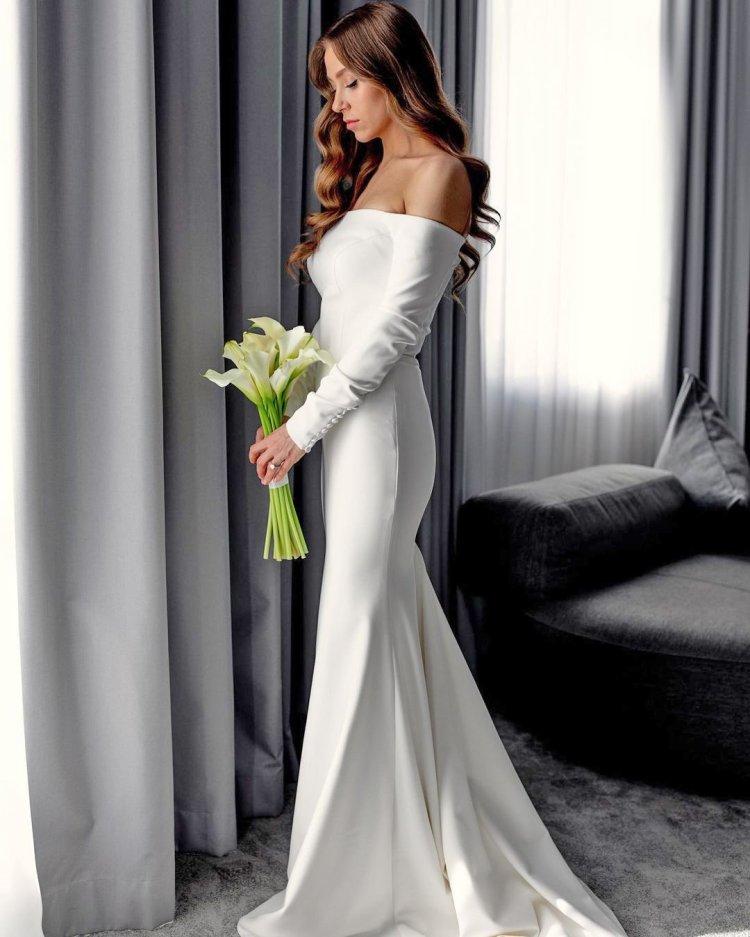 váy cưới lệch vai đơn giản với tay áo millanova