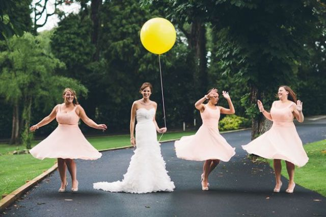 21-fun-wedding-photo-ideas-for-you-and-your-bridesmaids-balloon-albertpalmerphotography.com