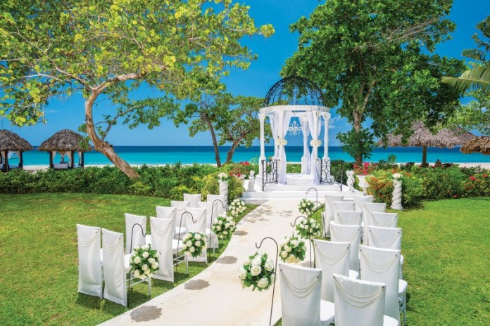 "planning-a-destination-wedding-ceremony-sandals-resorts ""width ="" 800 ""peak ="" 534 ""srcset ="" https://www.weddingideasmag.com/wp-content/uploads/2020/01/planning-a -destination-wedding-ceremony-sandals-resorts.jpg 800w, https://www.weddingideasmag.com/wp-content/uploads/2020/01/planning-a-destination-wedding-ceremony-sandals-resorts-300x200. jpg 300w, https://www.weddingideasmag.com/wp-content/uploads/2020/01/planning-a-destination-wedding-ceremony-sandals-resorts-768x513.jpg 768w, https: //www.weddingideasmag. com / wp-content / uploads / 2020/01 / planning-a-destination-wedding-ceremony-sandals-resorts-650x434.jpg 650w ""sizes ="" (max-width: 800px) 100vw, 800px ""/></p data-recalc-dims="