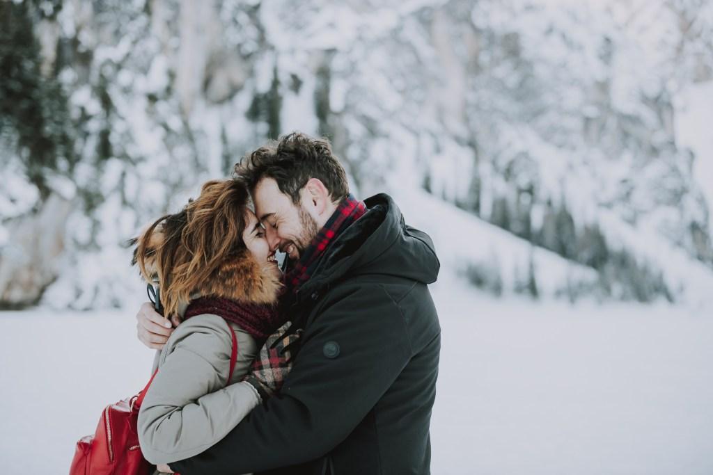 coppia che si bacia in inverno in montagna