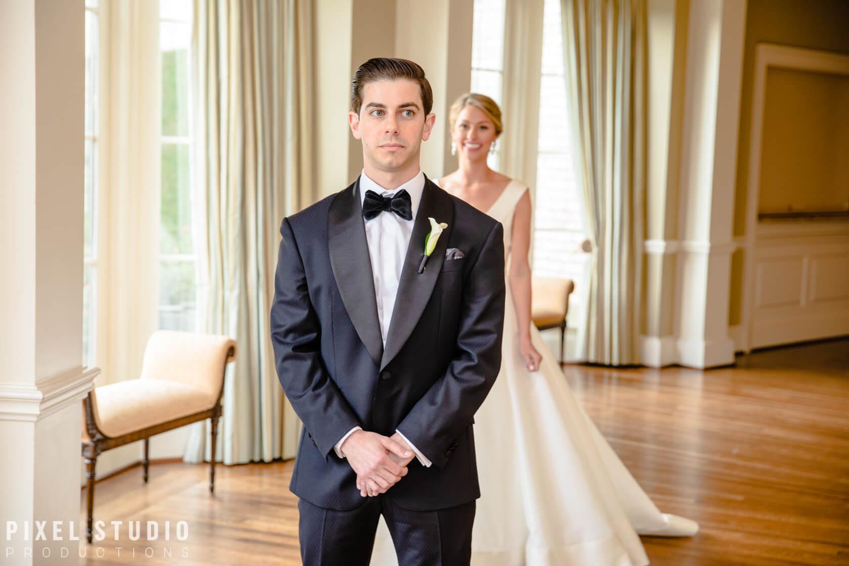 wedding-photo shoots when groom sees