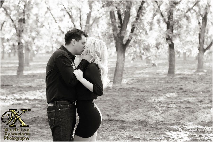 engagement session kiss