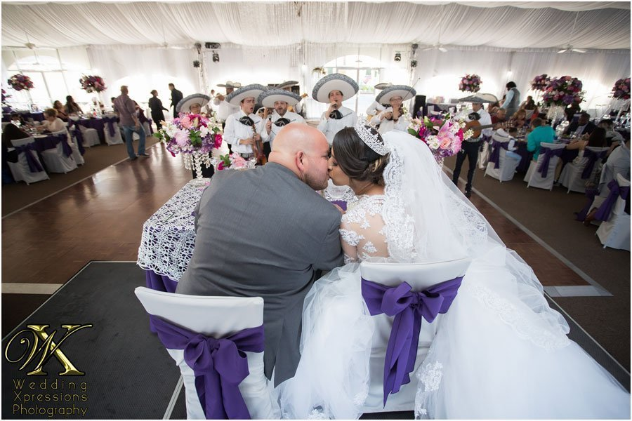 wedding couple kissing while listening to mariachi in El Paso