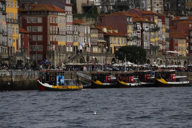 Bateaux traditionnels pour les croisieres sur les 6 ponts du Douro - Porto
