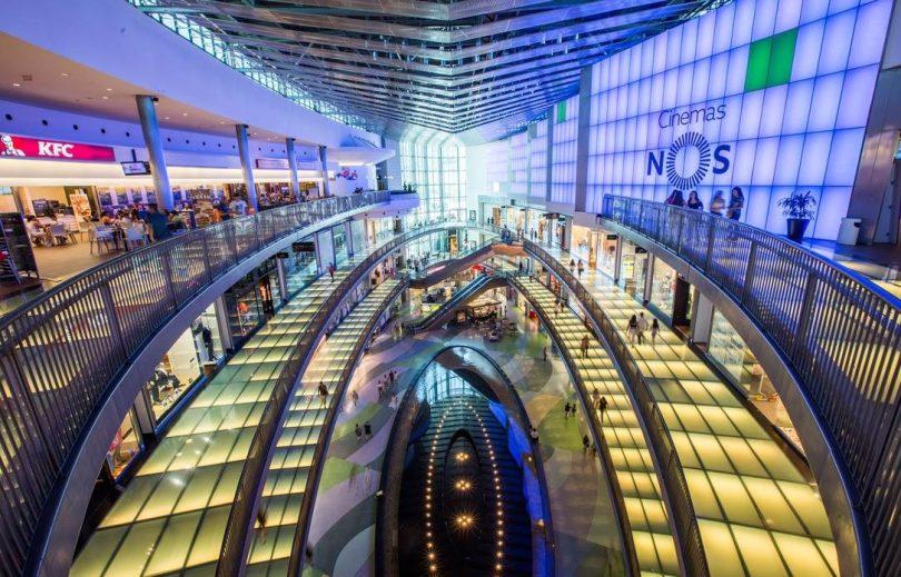 Centre commercial Alameda avec dernier etage de restauration - Porto