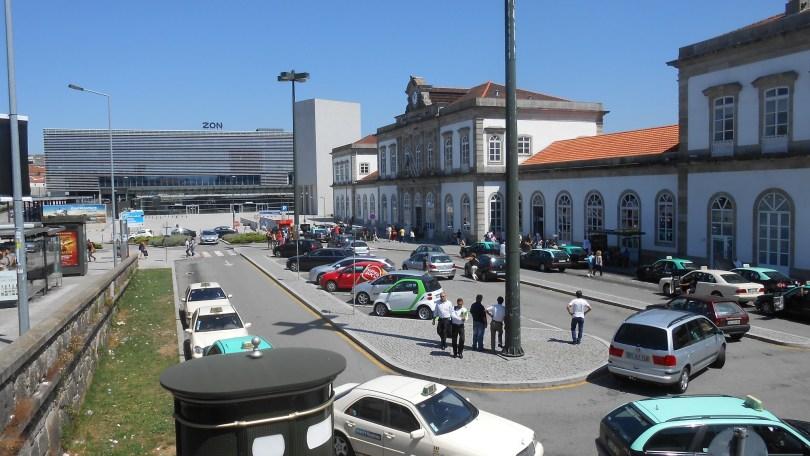 taxis et autres vehicules devant la gare de Porto Campanha
