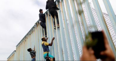 Illegal caravan migrants reach US border