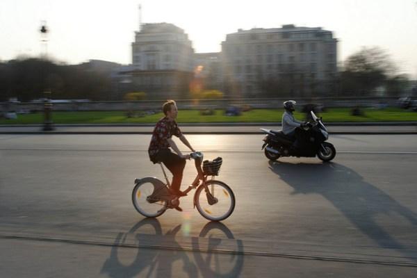 Vélo libre-service et loi sur le port du casque, une relation ambiguë...