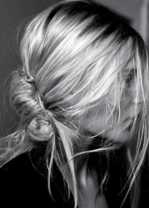 coque banana magunçado na lateral do cabelo